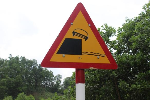 Ce panneau de signalisation me fait toujours sourire. En montagne, les routes n'ont pas toujours de rambarde.