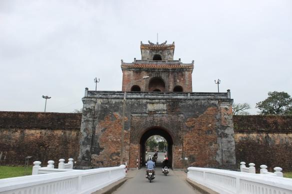 À moto avec Dang, à l'entrée de la cité impériale.